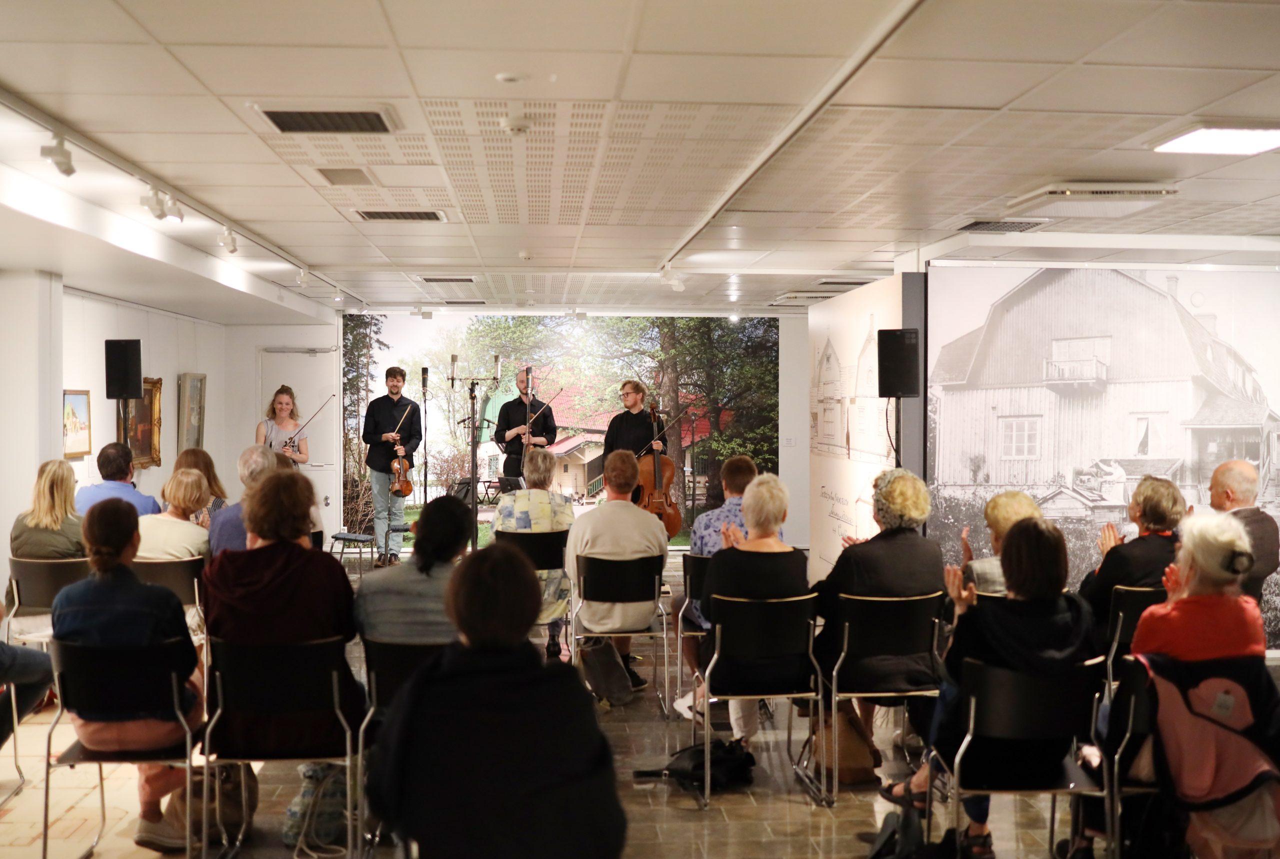 Kuvassa Kamus-kvartetti pokkaa aplodit Järvenpään taidemuseossa.